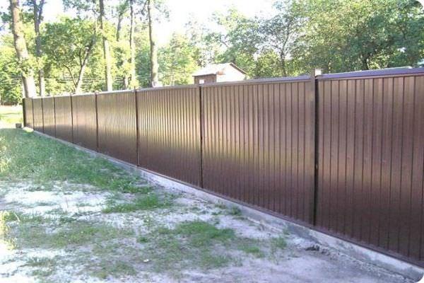 Прочный забор из металлопрофиля: цена на установку листов в Краснодаре
